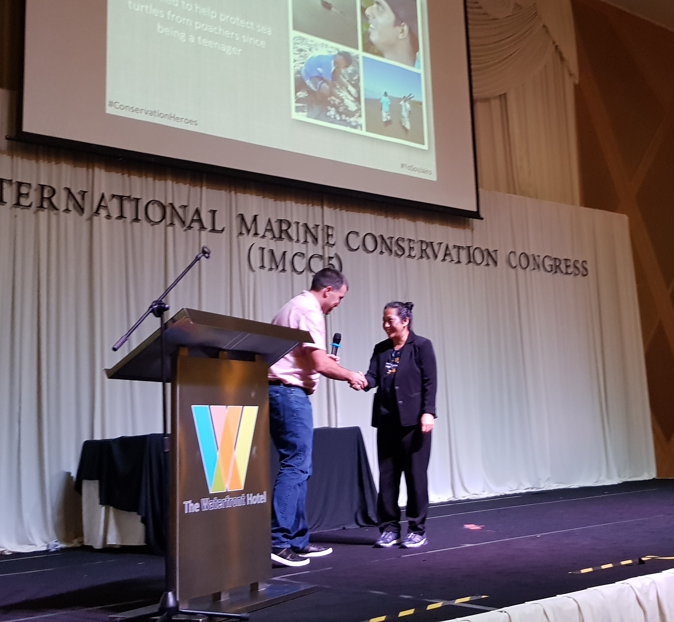 Patima Tungpuchayakul accepts the 2018 Jairo Mora Sandoval Bravery Award at IMCC5