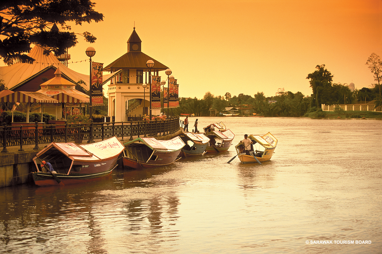 Photo Sunset on the Kuching waterfront.